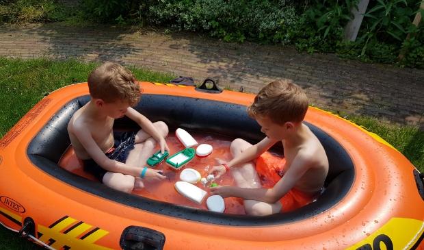 Dean en Mike van Rhenen, beiden 7 jaar. Even afkoelen in de boot. De foto is 9 juni gemaakt in de achtertuin. Henriëtte van Rhenen © BDU media