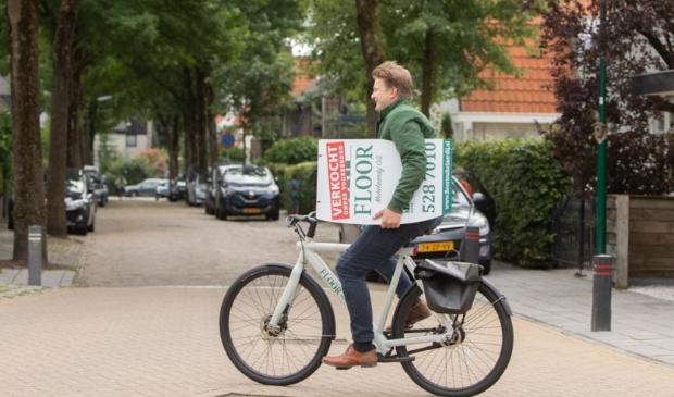 """Bas van Dijen onderweg naar een tevreden klant. ,,Ik vertel aan onze klanten waar ze een goede cappuccino kunnen drinken."""""""