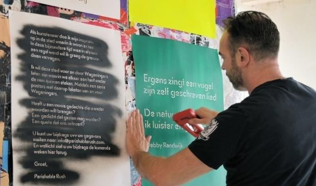 <p>Tot begin augustus zijn in de binnenstad postercollages van Marcel Reulen met gedichten of quotes van Wageningers te zien bij in de etalages van de BBLTHK en Hoogstraat 97. foto: Wim de Vos&nbsp;</p>