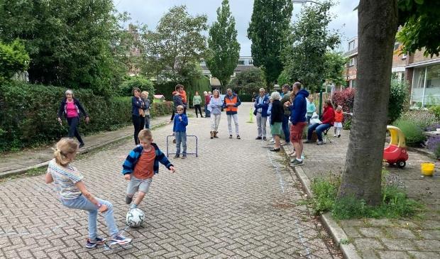 <p>Bewoners van de Nassaustraat in Bunnik lieten de projectleider zien wat zij graag willen bij de herinrichting van de wijk.</p>