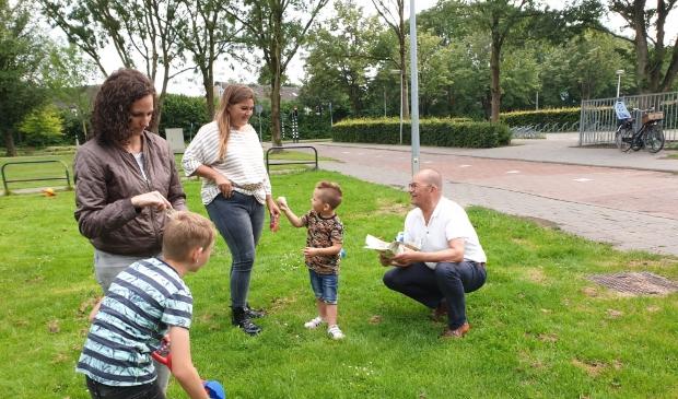 Wethouder Piet Vat deelt ijsjes uit tijdens minibuitenspeeldag in Sliedrecht.
