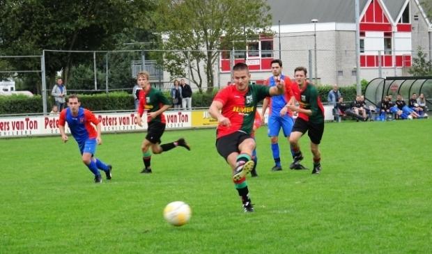<p>Spelmoment uit het duel WAVV - SV Waalstad uit het afgebroken seizoen 2020-2021. WAVV-aanvaller Davey Jansen scoorde in het met 4-0 gewonnen duel tweemaal.</p>