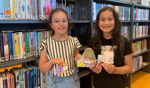 Louise en Maury met de zelfgemaakte boekenleggers
