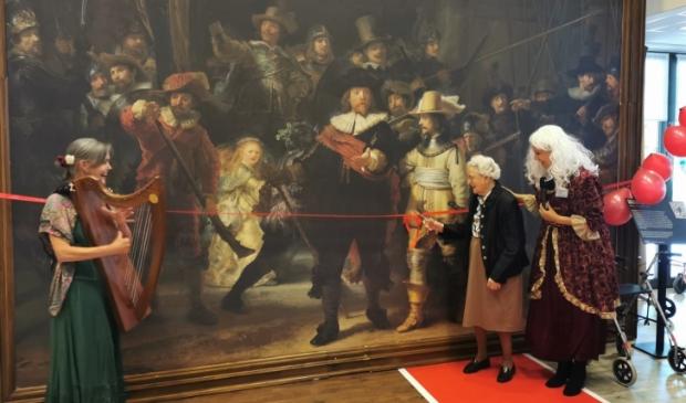 <p>Mevrouw Penninx-Booij opent de tentoonstelling van de Nachtwacht replica in Waardeburgh zorgcentrum Parkzicht.</p>
