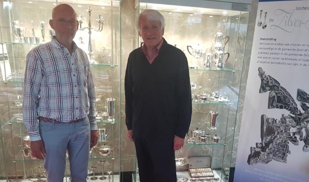 <p>Bestuursleden van de Zilver-Kamer Pierre Rhoen (links) en Rudi Boekhoven voor twee van de vitrines in hotel Oud London.&nbsp;</p>
