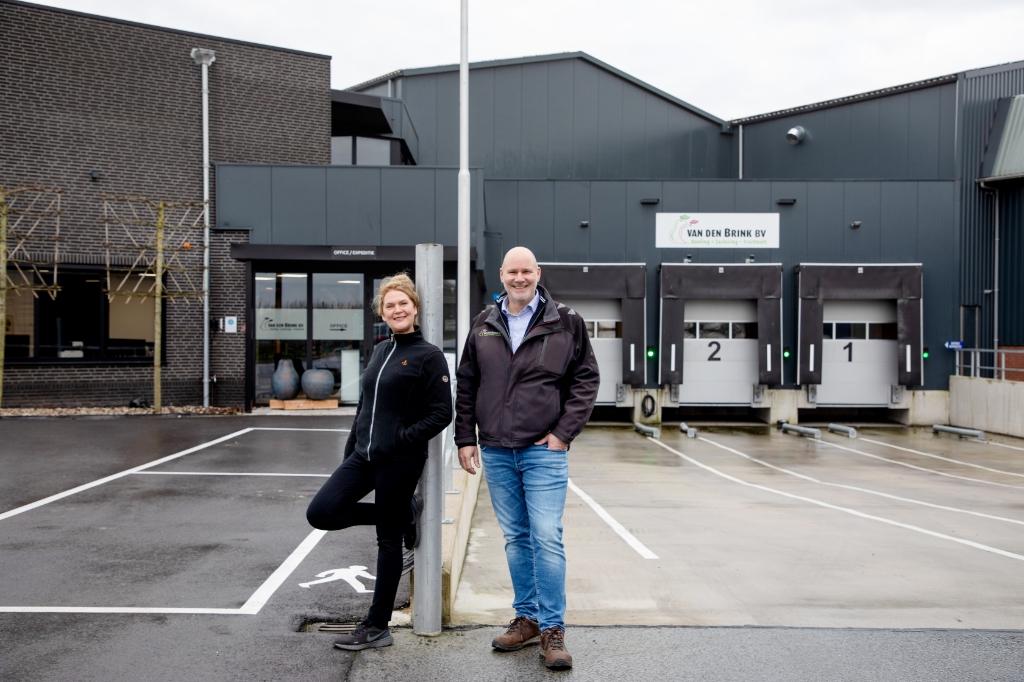 Ton en Ineke, zijn vrouw, voor de ingang van het bedrijf Van den Brink © BDU media