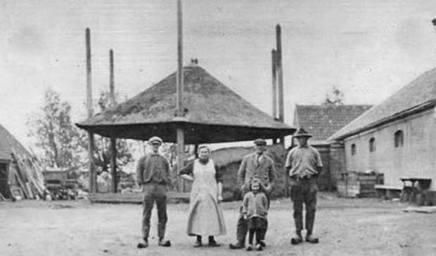 Situatie rond 1930. De hooiberg was nog steeds aanwezig.Rechts de losstaande houten schuur, de stenen koeienstal en het woonhuis. Stichting Oud-Duivendrecht © BDU media