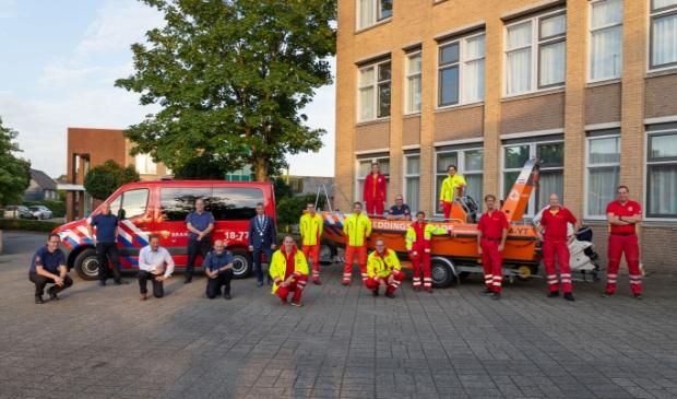 <p>De reddingsbrigade samen met de brandweer bij het gemeentehuis waar ze werden bedankt voor hun inzet tijdens de overstromingen in Zuid-Limburg.</p>