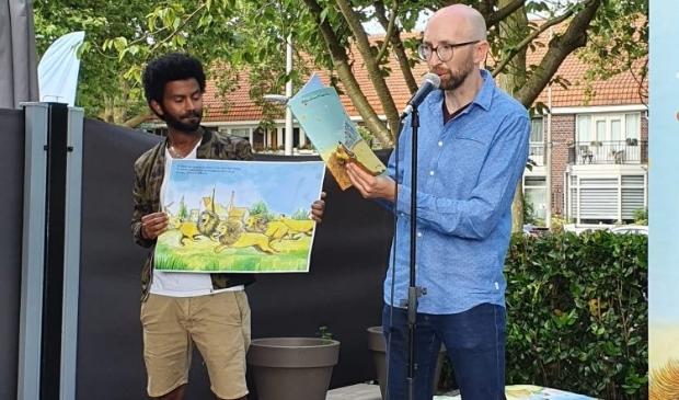 <p>Tadele Manu en Willem Janssen bij de presentatie van hun prentenboek &#39;Wroah&#39;</p>