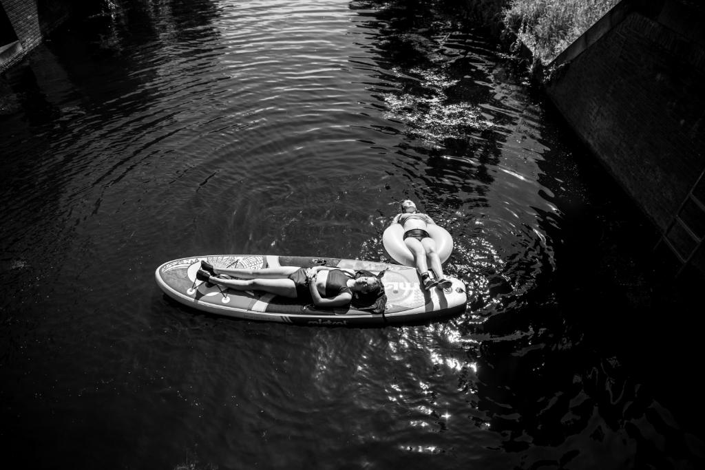 'Als het lekker warm is dan duiken alle kinderen aan de noordkant van Vathorst direct de grachten in.' Monique Tekstra-van  Lochem  © BDU media