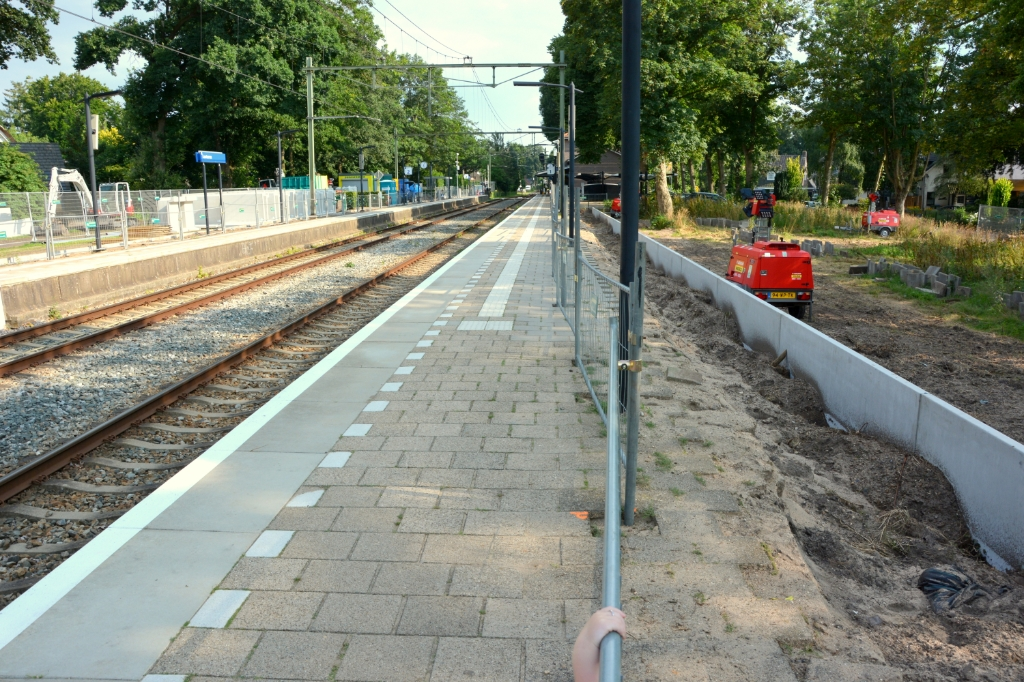 Op het station van Lunteren worden de perrons en paden breder gemaakt.  Gerwin van Luttikhuizen © BDU media
