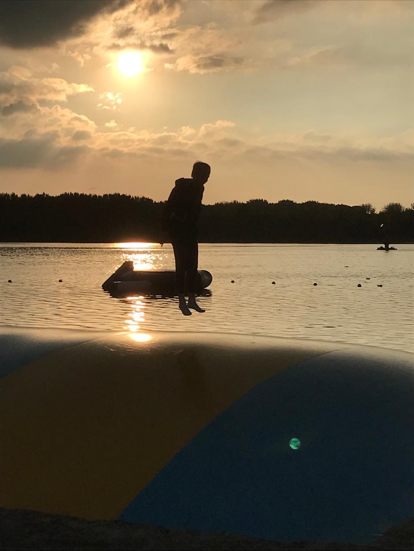 'Op de foto is onze verstandelijk gehandicapte dochter te zien bij strand Nulde. Wij wandelen graag met haar in een prikkelarme omgeving vanwege haar autisme. Ze geniet van de rust om haar heen en het ritme van de trampoline.' Iris © BDU media