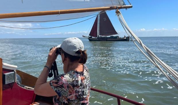 <p>,,Met onze 'Vollenhovense bol', een platbodem-zeilboot, op vakantie in Nederland.''</p>