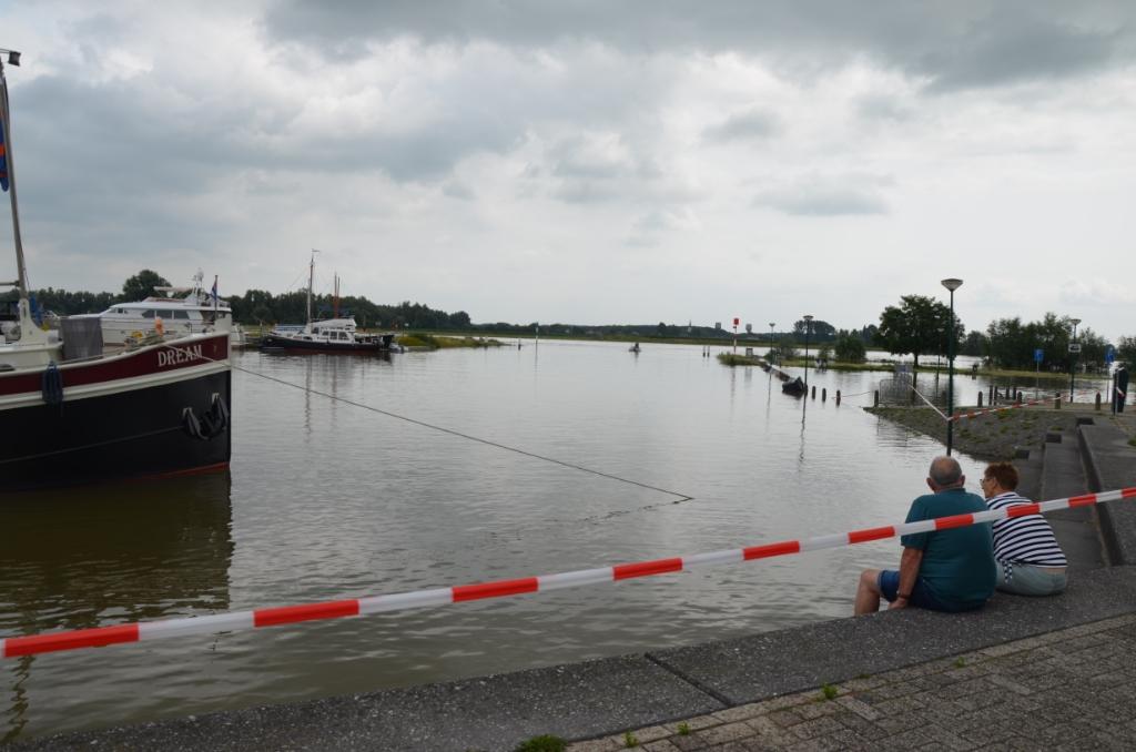 De parkeerplaats bij de stadshaven staat onder water. Ali van Vemde © BDU media