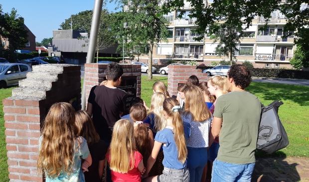 Leerlingen uit groep 7 van De Koepelschool bij het monument.