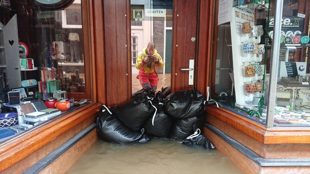 Met zandzakken proberen de inwoners het water buiten de deur te houden. Vaak tevergeefs. RB Hardinxveld © BDU media