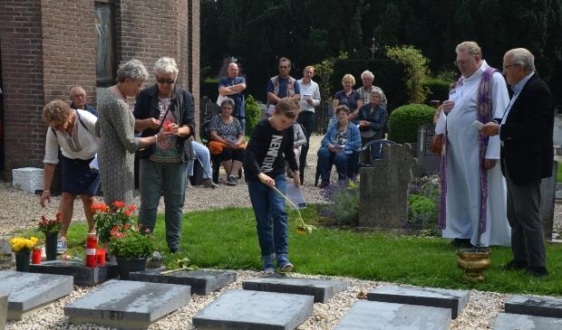 Op de urnengraven werden bloemen of lichtjes geplaatst