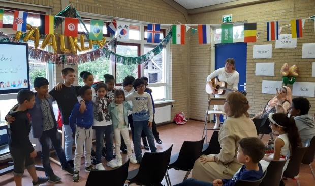 Leerlingen die afscheid nemen van de Taalklas en verder gaan binnen het reguliere Nederlandse onderwijs