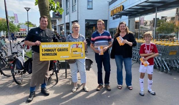 <p>Slager Dennis Timmer poseert met de winnaars van de EK-actie van winkelcentrum De Biezenkamp.</p>