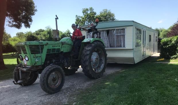 Zaterdagmiddag werden caravans weggereden vanaf camping de Mosterdpot in Woudrichem