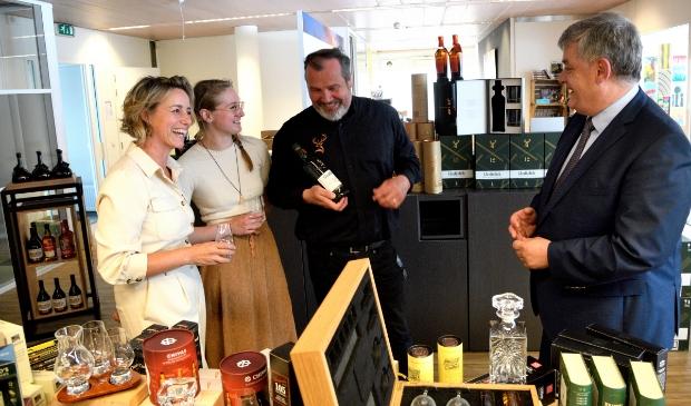 <p>De start van de Whisky Tour van het Drankenkabinet met van links naar rechts Ilja Schouten (Drankenkabinet), Lea Kleiter, Tony van Rooien en burgemeester Henk Lambooij.</p>