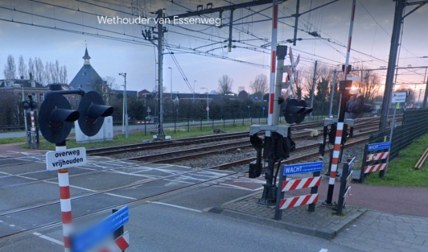 <p>De spoorwegovergang bij de Wethouder van Essenweg in Halfweg is ruim drie dagen dicht.</p>