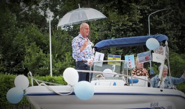 Meester Bertus Blok werd met zijn vrouw Magda in een boot opgehaald vanaf huis en naar de festiviteiten 'zijn' school gereden.