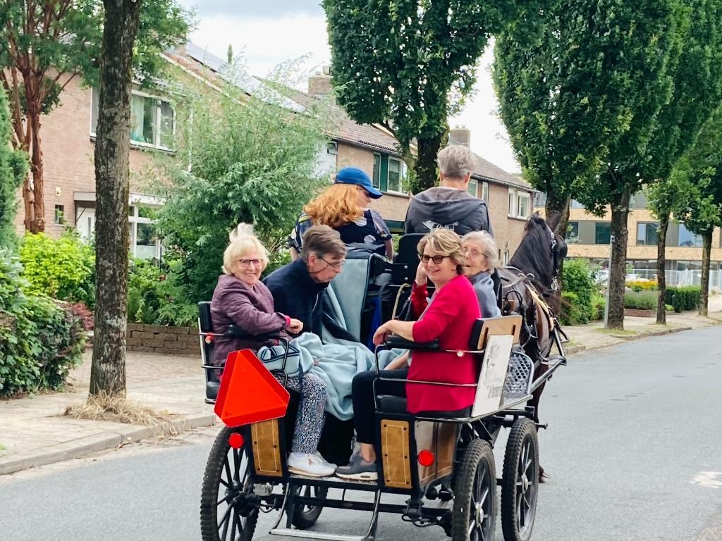 Ouderen rijden mee op de menwagen Het Gastenhuis Bennekom © BDU Media