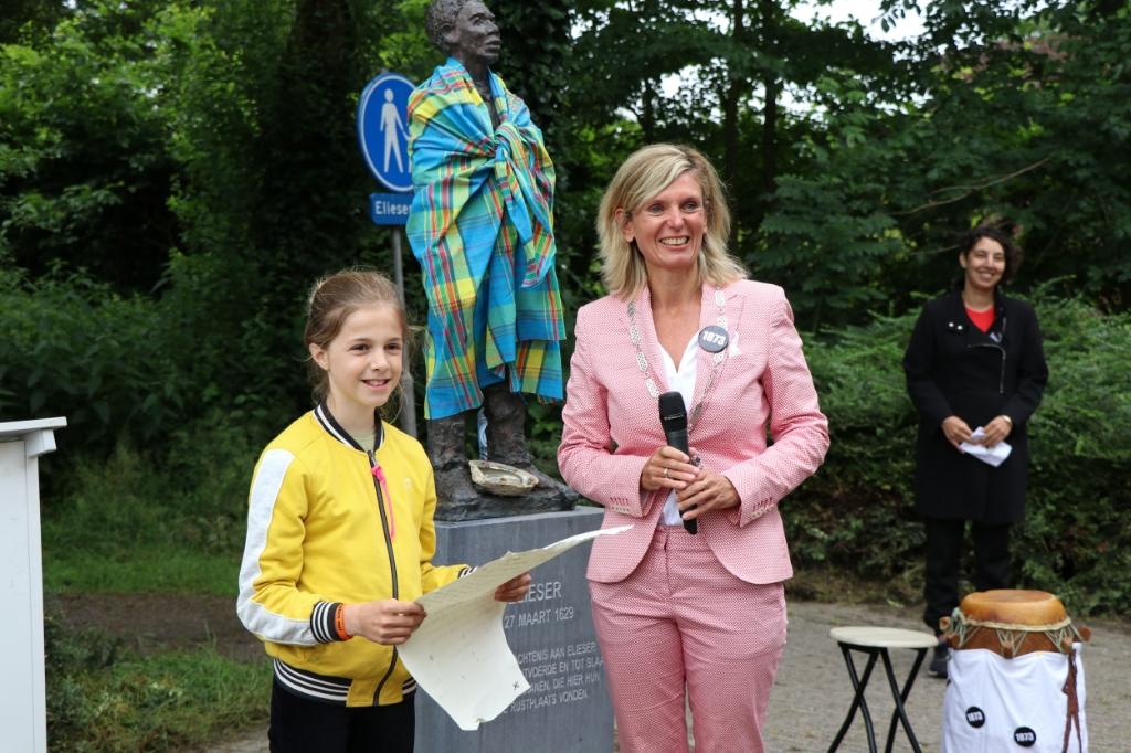 <p>Janneke Daalder en burgemeester Joyce Langenacker bij het beeld van Elieser.</p>