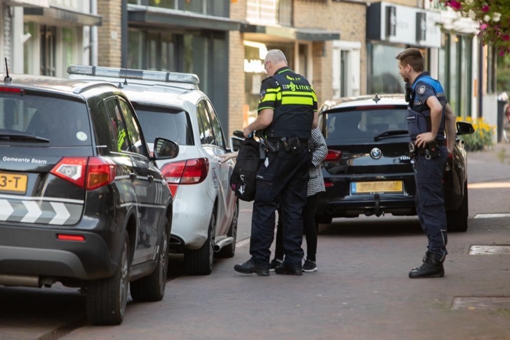 Zeker 1 aanhouding bij controle handhaving - politie in Baarn. Caspar Huurdeman © BDU media