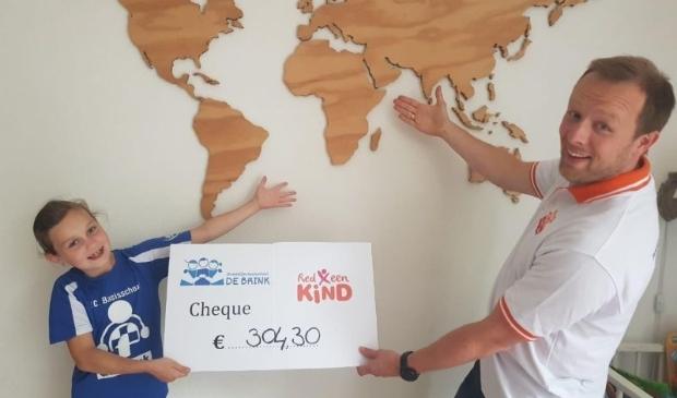 Initiatiefnemer Rozemarijn André overhandigt de cheque met het mooie bedrag aan een medewerker van Red een Kind.