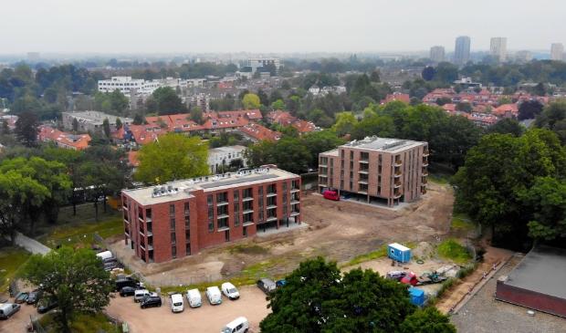Luchtfoto van de twee appartementencomplexen