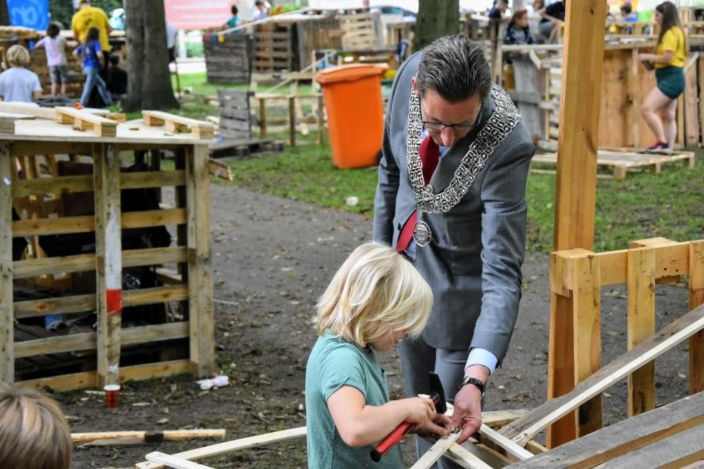 <p>Burgemeester Tjapko Poppens steekt de helpende hand toe bij een moeilijk klusje.</p>