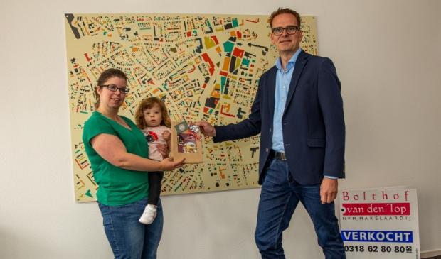 <p>Desir&eacute;e Visser ontvangt de prijs uit handen van Jochem van den Top.</p>
