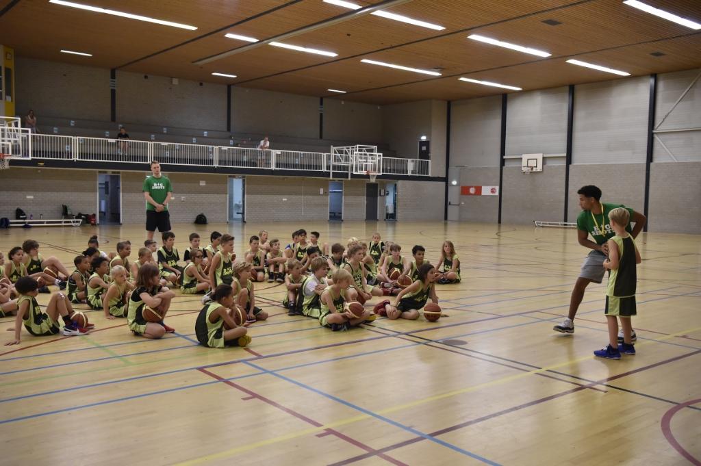 Leon Williams van Donar en Oranje doet de Triple Threat voor. Jaap van den Broek               © BDU media