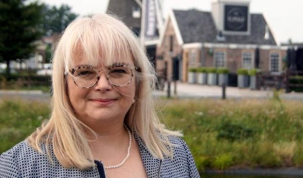 Diane Kassing uit Wezep legt op 29 september als griffier de eed/belofte af in de raadsvergadering.