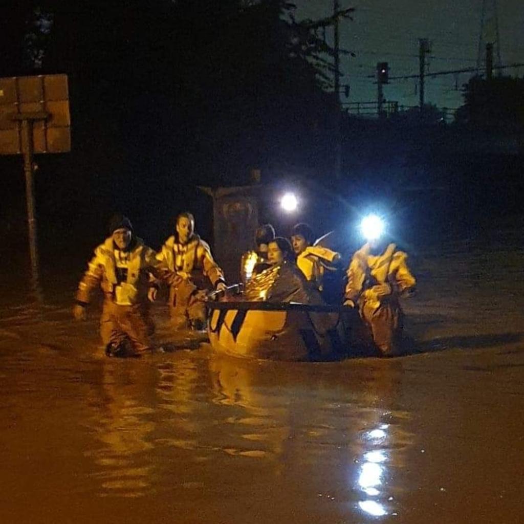 Leden van Heemsteedse reddingsbrigade evacueren inwoners  Lid van HRB © BDU media