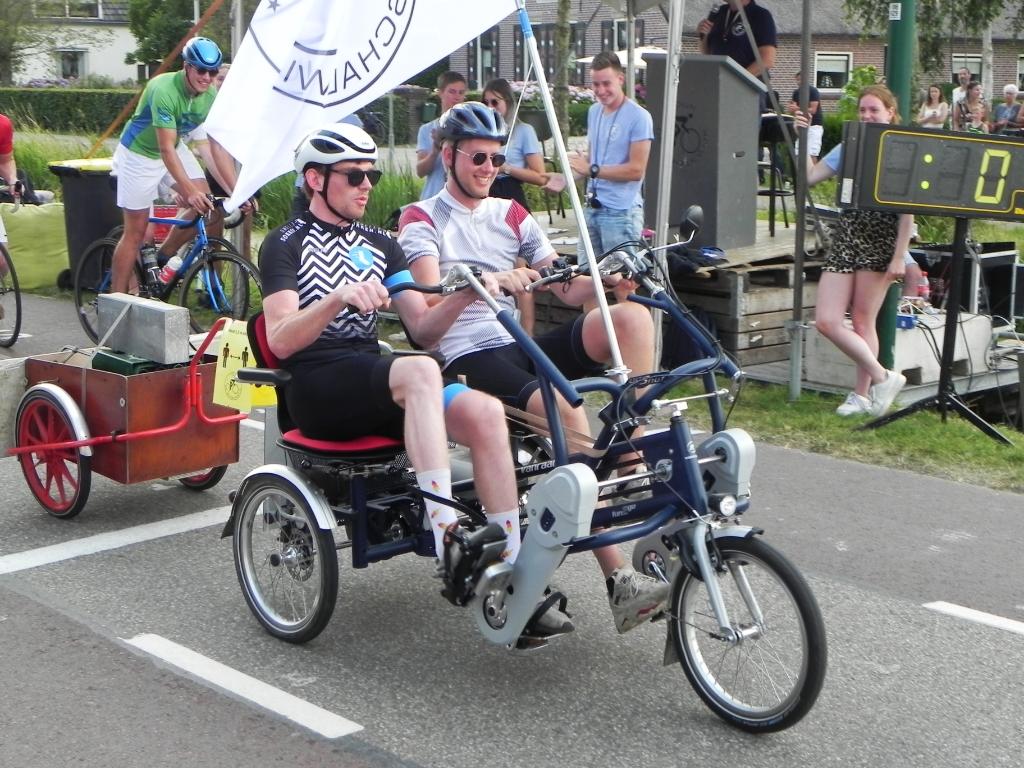 Een ererondje in een duofiets voor Jules Steultjens en Thom van Rooijen die er na 5 Tour de Schalkwijks mee stoppen. Richard Thoolen © BDU media