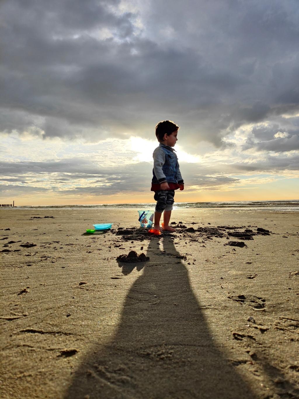 'Sem's (2,5 jaar) allereerste ervaring met het strand en de zee. Volledig in zijn eigen wereldje nam hij alles in zich op. Overweldigd, ontroerd en onder de indruk in het prachtige Zeeuwse Domburg, mei 2021.' Familie De Vries © BDU media