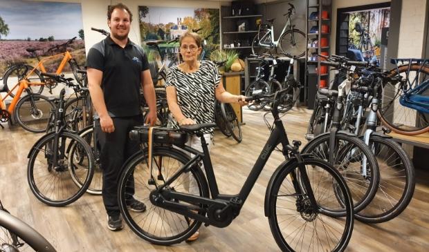 <p>Harry Ligtrink overhandigt de elektrische fiets aan Jeanette Vermeij.</p>