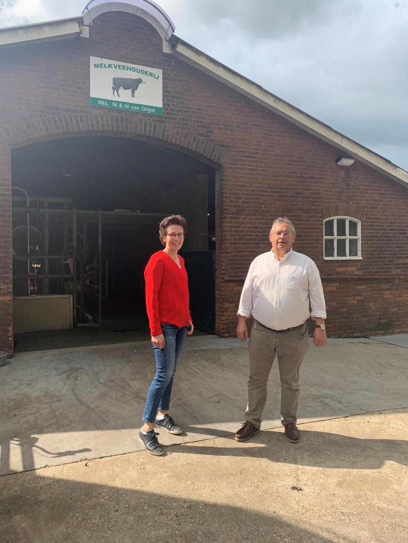 Wethouder Gerard van Deelen bezocht tijdens zijn fietstocht onder meer het melkveebedrijf van de familie Van Ginkel. Gemeente Scherpenzeel © BDU media