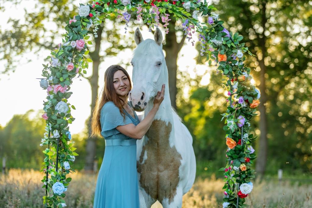 'Deze foto is op 9 juni gemaakt tijdens het 'gouden uur'. In een wei op pensionstal de Forest Mountain Ranch in Woudenberg. Op de foto Emmanuelle Dimitriadis met haar Paint horse ruin Casper.' Marlies Trap © BDU media