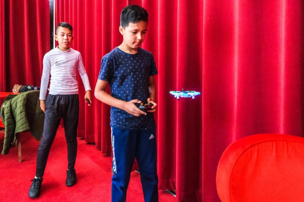 Jeugd krijg onderricht in drone vliegen, Jan Aukes © BDU media
