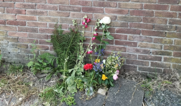<p>Aan de achterkant van het huis aan de Borssenburg 48 in Amstelveen, waar Peter R. de Vries als kind heeft gewoond, hebben mensen bloemen gelegd na zijn overlijden.</p>