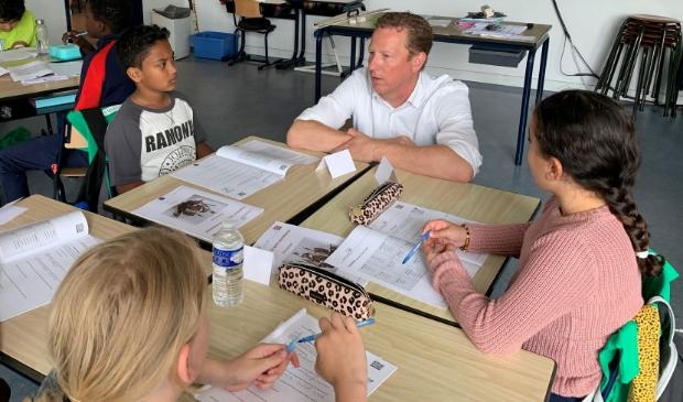 <p>Wethouder onderwijs Frank Berkhout nam een kijkje op de eerste schooldag.</p>