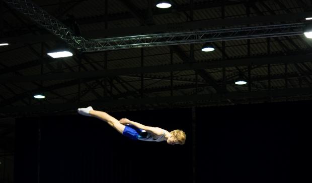 <p>Een duizelingwekkend beeld van een tiener die door de lucht zweeft.&nbsp;&nbsp;</p>