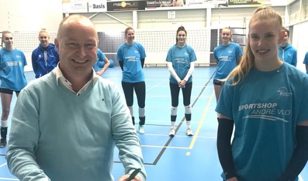 <p>Namens de directie van Baggerbedrijf de Boer, ondertekent Kees van de Graaf het sponsorcontract. Bij de Europacupwedstrijden prijkt het logo van het bedrijf op het shirt van Eline de Haan, die komend seizoen de stap van Dames 2 naar Dames 1 maakt.</p>