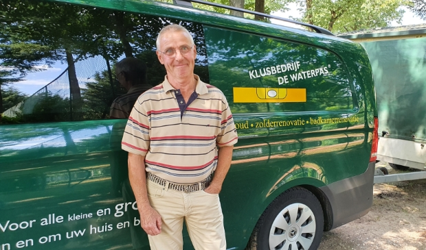 <p>Frank Vis bij zijn bus vlak voor het definitieve vertrek naar Drenthe</p>