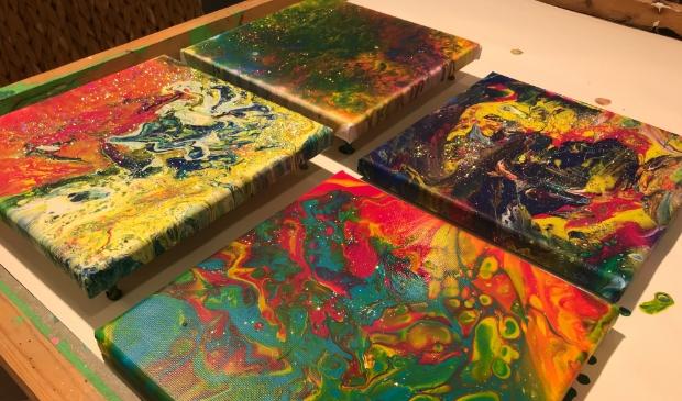 voorbeelden van schilderijen door kinderen gemaakt met de giettechniek.