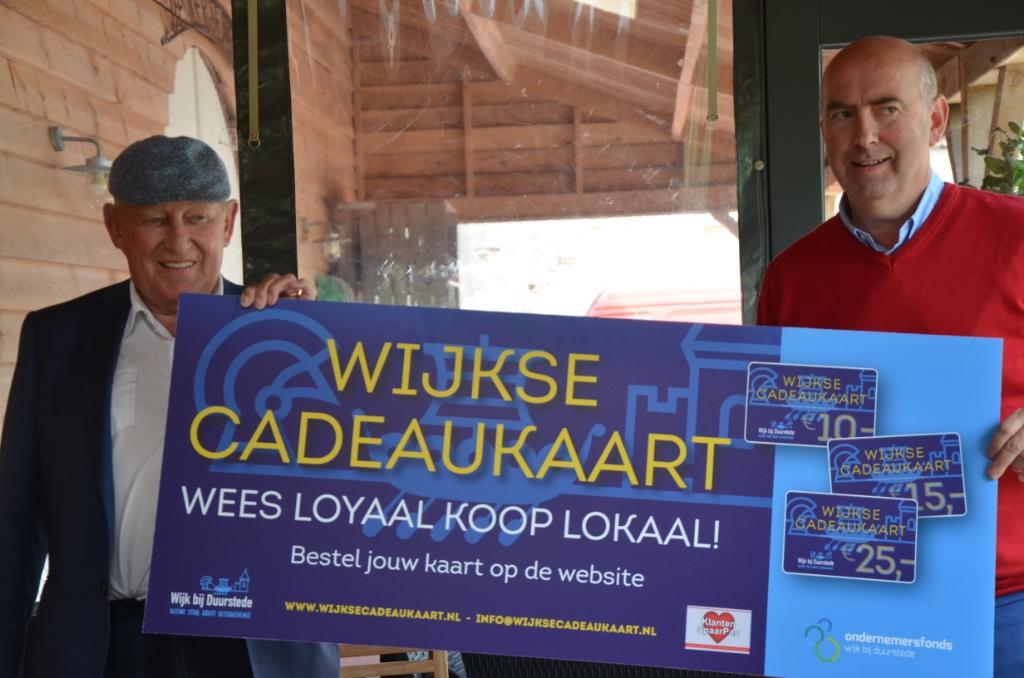 Oud SRV-man John Klarenbeek en Henk Drok (WijkseCadeaukaart) Ali van Vemde © BDU media